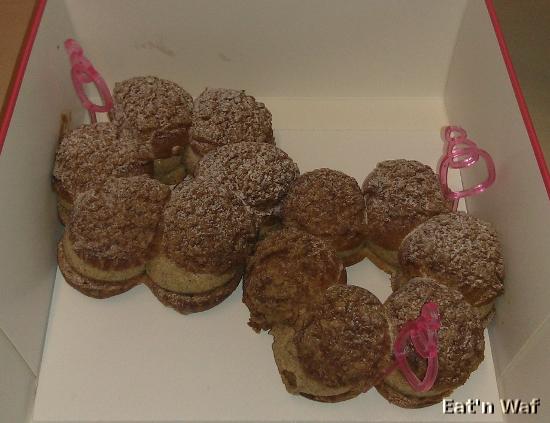 Un packaging luxueux : petit sac en carton, jolie boite, plaque de polystyrène et piques roses pour caler les pâtisseries