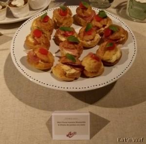 Mini choux tomate mozzarella et pétales de jambon